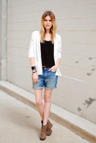 Cómo combinar: cárdigan blanco, camiseta sin manga negra, pantalones cortos vaqueros azules, botines de ante de leopardo marrón claro
