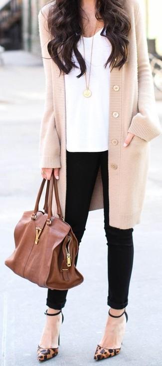 Los días ocupados exigen un atuendo simple aunque elegante, como una camiseta y unos vaqueros pitillo negros. Este atuendo se complementa perfectamente con zapatos de tacón de cuero de leopardo marrónes.