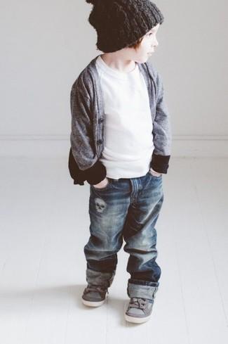 Cómo combinar: cárdigan gris, camiseta blanca, vaqueros azul marino, zapatillas grises