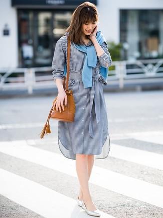 Cómo combinar: cárdigan celeste, vestido camisa de rayas verticales azul marino, bailarinas de cuero plateadas, mochila con cordón de ante en tabaco