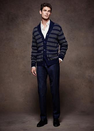Cómo combinar: cárdigan con cuello chal de grecas alpinos azul marino, camisa de manga larga blanca, pantalón de vestir azul marino, zapatos derby de cuero negros