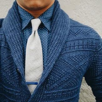 Cómo combinar: cárdigan con cuello chal azul marino, camisa de vestir a lunares azul, corbata de lana gris
