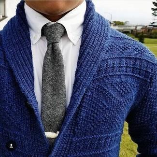 Cómo combinar: cárdigan con cuello chal azul marino, camisa de vestir blanca, corbata de punto gris