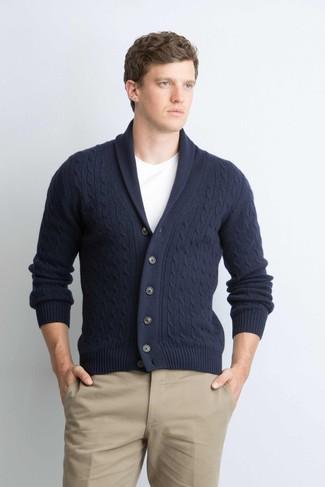 Cómo combinar: cárdigan con cuello chal azul marino, camiseta con cuello circular blanca, pantalón chino marrón claro