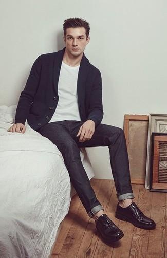Outfits hombres: Elige un cárdigan con cuello chal azul marino y unos vaqueros en gris oscuro para una vestimenta cómoda que queda muy bien junta. Zapatos derby de cuero negros son una forma sencilla de mejorar tu look.
