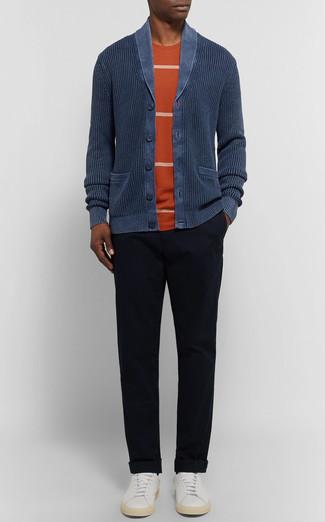 Cómo combinar: cárdigan con cuello chal azul marino, camiseta con cuello circular de rayas horizontales naranja, pantalón chino negro, tenis de cuero blancos