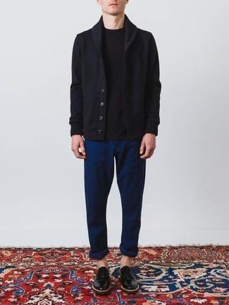 Cómo combinar: cárdigan con cuello chal azul marino, camiseta con cuello circular negra, pantalón chino azul marino, zapatos derby de cuero negros