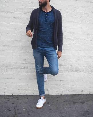 Cómo combinar una camiseta henley azul marino: Considera emparejar una camiseta henley azul marino junto a unos vaqueros azules para lidiar sin esfuerzo con lo que sea que te traiga el día. Un par de tenis blancos se integra perfectamente con diversos looks.