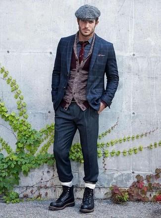 Cómo combinar: cárdigan con cuello chal burdeos, blazer a cuadros azul marino, camisa de manga larga estampada azul, pantalón de vestir azul marino
