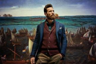 Cómo combinar: cárdigan con cuello chal burdeos, blazer azul marino, camisa de manga larga verde, pantalón chino marrón claro