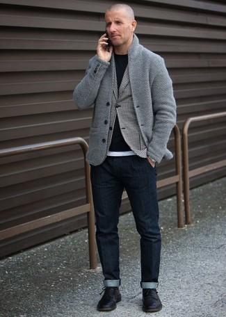 Outfits hombres: Para un atuendo que esté lleno de caracter y personalidad utiliza un cárdigan con cuello chal gris y unos vaqueros azul marino. Con el calzado, sé más clásico y usa un par de zapatos derby de cuero negros.