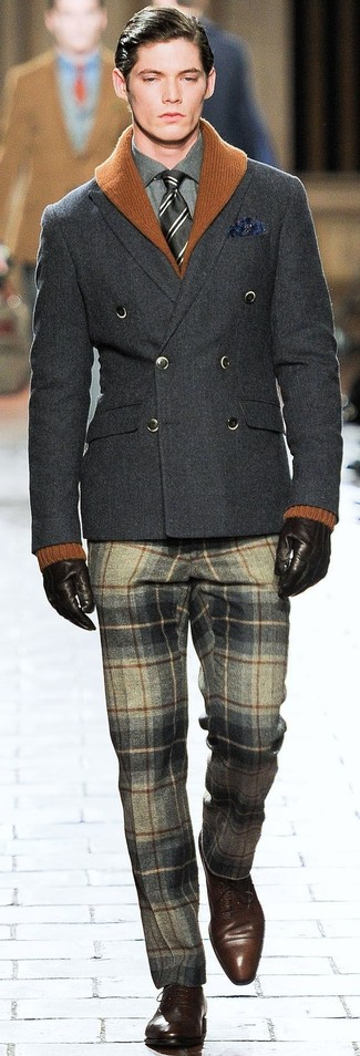 Cómo combinar: cárdigan con cuello chal en tabaco, blazer cruzado de lana en gris oscuro, camisa de vestir en gris oscuro, pantalón de vestir de lana de tartán gris