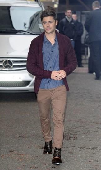 La versatilidad de una camisa de manga larga de cambray azul y un pantalón chino marrón claro los hace prendas en las que vale la pena invertir. Opta por un par de botas casual de cuero negras para mostrar tu inteligencia sartorial.