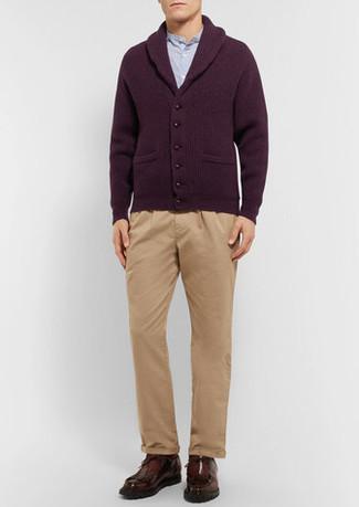 Cómo combinar: cárdigan con cuello chal burdeos, camisa de manga larga celeste, pantalón chino marrón claro, botas safari de cuero en marrón oscuro