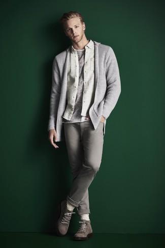 Cómo combinar: cárdigan con cuello chal gris, camisa de manga larga de franela en beige, camiseta con cuello circular gris, vaqueros grises
