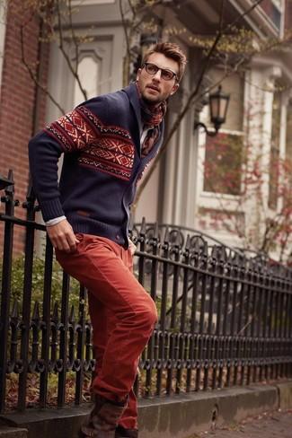 Cómo combinar: cárdigan con cuello chal de grecas alpinos azul marino, camisa de manga larga en beige, pantalón chino rojo, botines chelsea de cuero en marrón oscuro