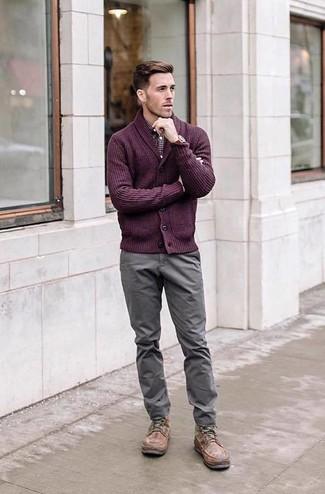 Cómo combinar: cárdigan con cuello chal morado, camisa de manga larga de cuadro vichy burdeos, pantalón chino gris, botas casual de cuero marrónes