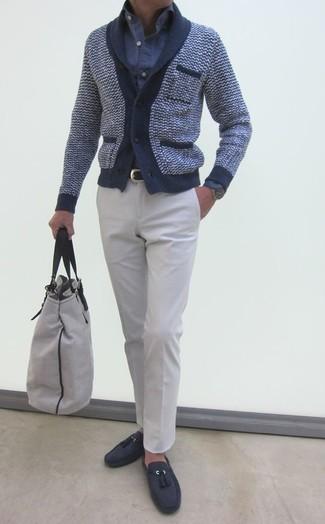 Cómo combinar: cárdigan con cuello chal azul marino, camisa de manga larga de seersucker azul, pantalón de vestir blanco, mocasín con borlas de ante en gris oscuro