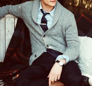 Cómo combinar: cárdigan con cuello chal gris, camisa de manga larga de rayas verticales azul, pantalón de vestir negro, corbata estampada negra