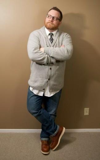 Cómo combinar: cárdigan con cuello chal gris, camisa de manga larga blanca, vaqueros azul marino, botas de trabajo de cuero marrónes