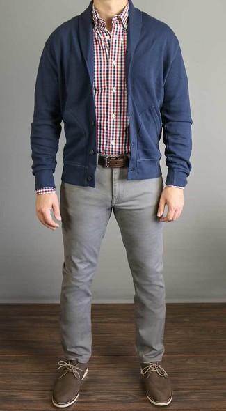Cómo combinar: cárdigan con cuello chal azul marino, camisa de manga larga de cuadro vichy en blanco y rojo y azul marino, vaqueros grises, botas safari de cuero marrónes
