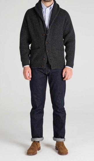 Cómo combinar: cárdigan con cuello chal en gris oscuro, camisa de manga larga de rayas verticales celeste, vaqueros azul marino, zapatos derby de ante marrón claro