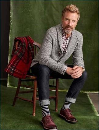 Cómo combinar: cárdigan con cuello chal gris, camisa de manga larga de cuadro vichy burdeos, vaqueros azul marino, zapatos derby de cuero burdeos