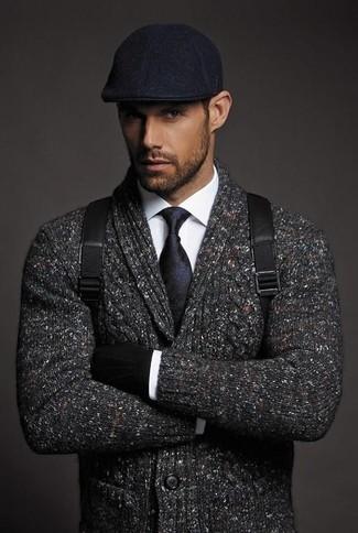 Cómo combinar: cárdigan con cuello chal en gris oscuro, camisa de vestir blanca, mochila de cuero negra, gorra inglesa negra