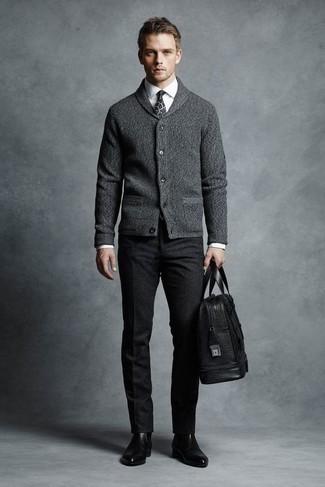 Cómo combinar un cárdigan con cuello chal gris: Opta por un cárdigan con cuello chal gris y un pantalón chino de lana en gris oscuro para las 8 horas. Botines chelsea de cuero negros son una forma sencilla de mejorar tu look.