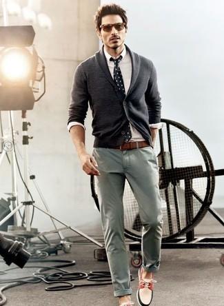 Cómo combinar: cárdigan con cuello chal en gris oscuro, camisa de vestir blanca, pantalón chino gris, náuticos en blanco y rojo y azul marino