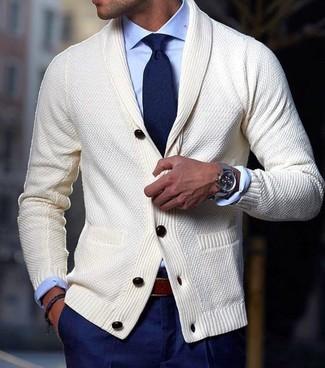 Cómo combinar: cárdigan con cuello chal en beige, camisa de vestir celeste, pantalón de vestir azul marino, corbata azul marino