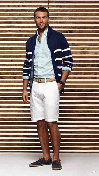 Cómo combinar: cárdigan con cuello chal de rayas horizontales en azul marino y blanco, camisa de vestir celeste, pantalones cortos blancos, náuticos de cuero azul marino