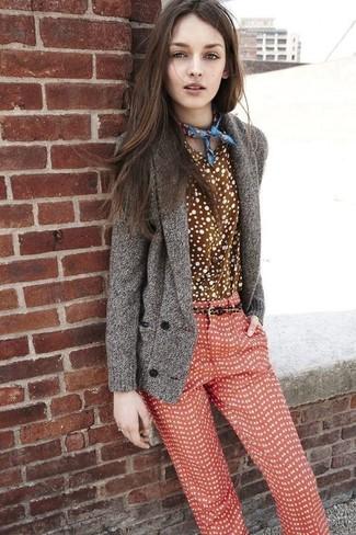 Cómo combinar: cárdigan con cuello chal gris, camisa de vestir a lunares marrón, pantalones pitillo a lunares rojos, bandana estampada azul