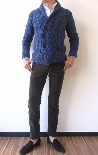 Cómo combinar: cárdigan con cuello chal azul marino, camisa de vestir blanca, vaqueros de pana en marrón oscuro, mocasín de ante negro