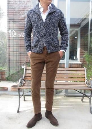 Cómo combinar: cárdigan con cuello chal en gris oscuro, camisa de vestir blanca, vaqueros de pana marrónes, botines chelsea de ante en marrón oscuro