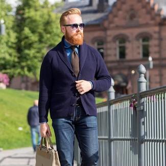 Cómo combinar: cárdigan con cuello chal azul marino, camisa vaquera azul, vaqueros azul marino, bolsa tote de cuero en beige