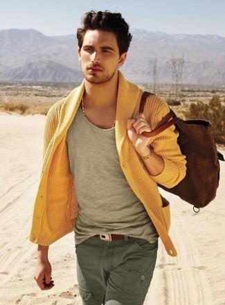 Cómo combinar: cárdigan con cuello chal amarillo, camiseta con cuello circular gris, pantalón cargo verde oliva, bolsa tote de lona marrón