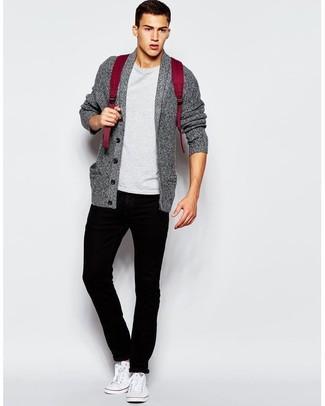 Cómo combinar: cárdigan con cuello chal gris, camiseta con cuello circular gris, pantalón chino negro, tenis de lona blancos