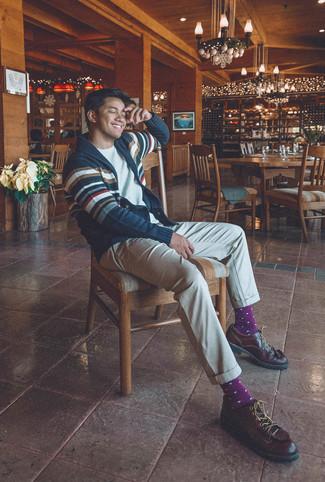 Cómo combinar: cárdigan con cuello chal de rayas horizontales en azul marino y blanco, camiseta con cuello circular blanca, pantalón chino en beige, zapatos derby de cuero en marrón oscuro