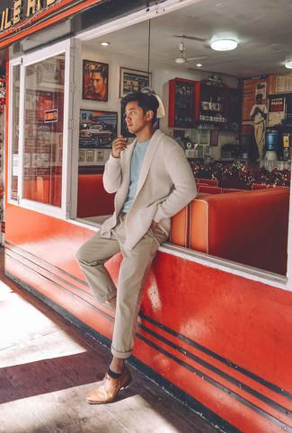 Cómo combinar: cárdigan con cuello chal en beige, camiseta con cuello circular celeste, pantalón chino en beige, zapatos derby de cuero marrón claro