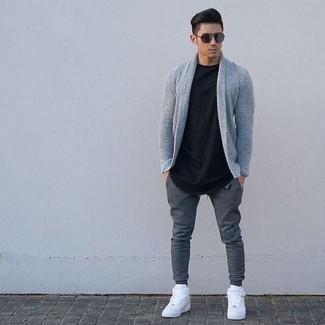 Cómo combinar: cárdigan con cuello chal gris, camiseta con cuello circular negra, pantalón de chándal en gris oscuro, zapatillas altas de cuero blancas