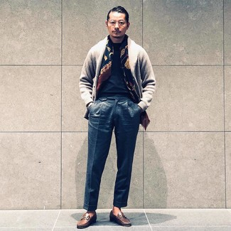 Cómo combinar: cárdigan con cuello chal gris, camiseta con cuello circular negra, pantalón de vestir de lana en gris oscuro, mocasín de cuero marrón