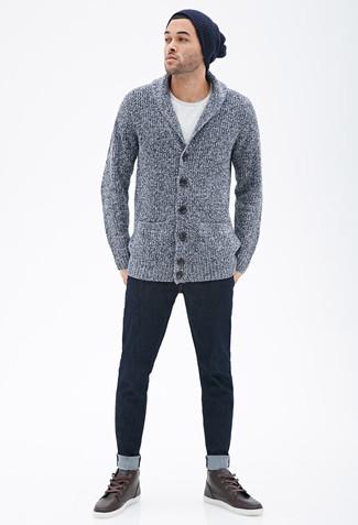 Empareja un cárdigan con cuello chal gris con un gorro azul marino para un lindo look para el trabajo. Zapatillas altas de cuero en marrón oscuro darán un toque desenfadado al conjunto.
