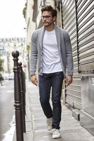 Cómo combinar un cárdigan con cuello chal gris: Empareja un cárdigan con cuello chal gris con unos vaqueros azul marino para una apariencia fácil de vestir para todos los días. ¿Quieres elegir un zapato informal? Opta por un par de tenis de lona blancos para el día.