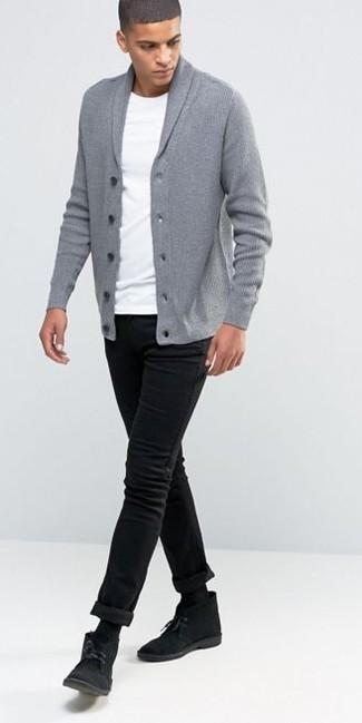 Cómo combinar: cárdigan con cuello chal gris, camiseta con cuello circular blanca, vaqueros pitillo negros, botas safari de ante negras