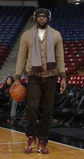 Cómo combinar: cárdigan con cuello chal de espiguilla marrón, camiseta henley blanca, pantalón chino en marrón oscuro, zapatillas altas burdeos