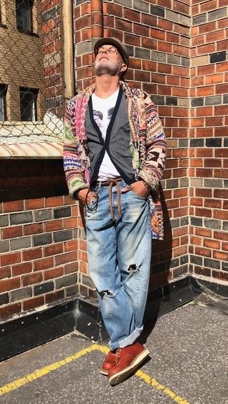 Cómo combinar: cárdigan con cuello chal en multicolor, cárdigan gris, camiseta con cuello en v estampada blanca, vaqueros desgastados azules