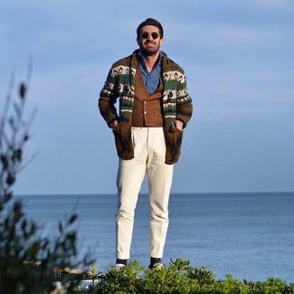 Cómo combinar: cárdigan con cuello chal de grecas alpinos marrón, chaleco de vestir marrón, camisa de manga larga de cambray azul, pantalón chino en beige