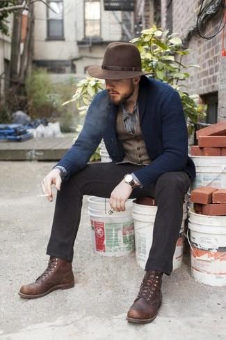 Empareja un cárdigan con cuello chal azul marino con un pantalón chino negro para crear un estilo informal elegante. Completa el look con botas casual de cuero en marrón oscuro.