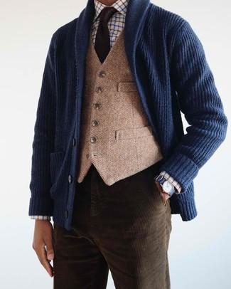Cómo combinar: cárdigan con cuello chal azul marino, chaleco de vestir de lana marrón claro, camisa de vestir a cuadros blanca, vaqueros de pana en marrón oscuro